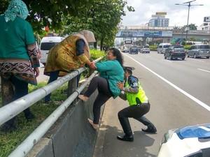 Viral Polisi Bantu Emak-emak Panjat Pembatas Jalan Tol