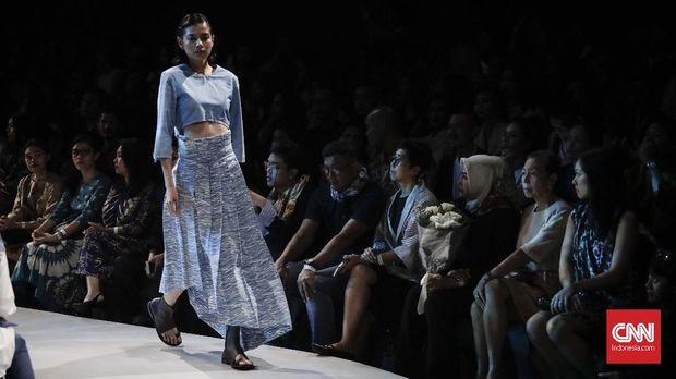 Model berlenggok membawakan busana rancangan Populo Batik pada Plaza Indonesia Fashion Week Spring Summer 2018 di Jakarta.