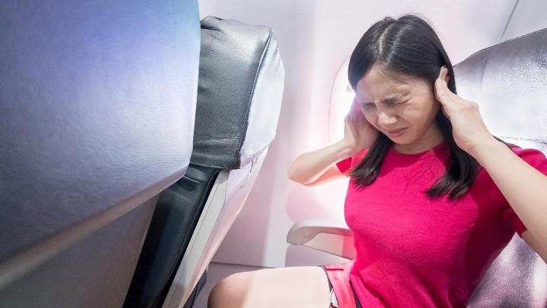 Ilustrasi penumpang pesawat menangis (Dok. Dirjen Perhubungan Udara/Shutterstock)