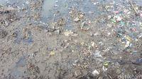 Sampah masih tercampur dengan lumpur di beberapa titik