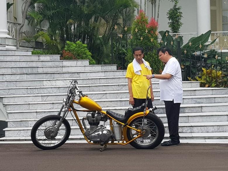 Menteri Perindustrian Airlangga Hartarto dan Presiden Jokowi berbincang di motor chopper. Foto: Jokowi-Airlangga di Istana Bogor (Dok. DPP Golkar)