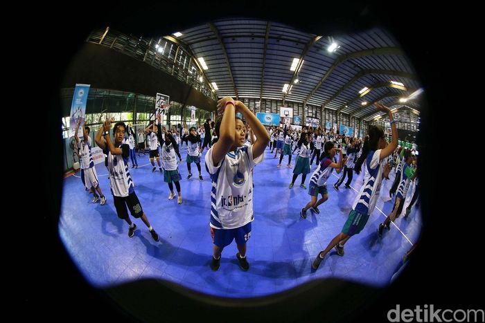 Ribuan anak mengikuti school clinic atau pelatihan terbuka yang digelar di Cilandak Sport Center, Jakarta, Sabtu (24/03/2018).