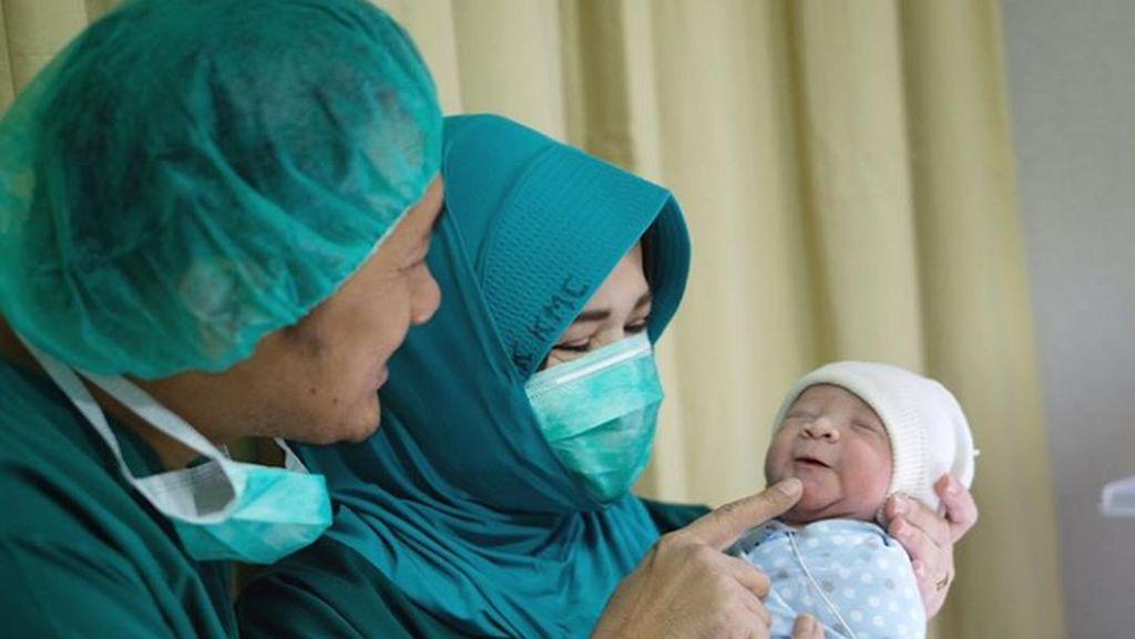 Anak Berdarah, Zaskia Mecca Berhentikan Babysitter