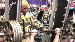 Big Show dikenal sebagai raksasa dari program gulat profesional WWE. Meski besar, Big Show punya perut yang sixpack dan berotot.