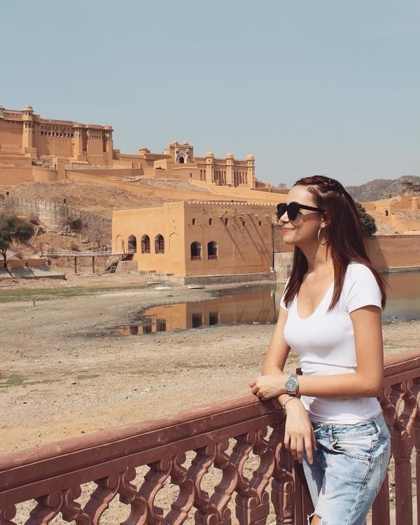 Menjadi pramugari, membuat kesempatan traveling Fernanda Tereza lebih banyak. Ini saat dirinya berada di Amber Fort, situs bersejarah di Jaipur, India (fernandaterezabr/Instagram)