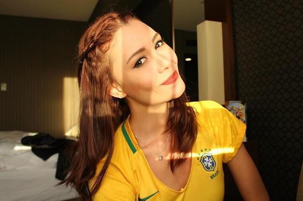 Tak heran kalau jago juggling bola, sebab pramugari cantik ini berasal dari Brasil. Negara yang terkenal dengan pemain-pemain sepakbolanya (fernandaterezabr/Instagram)