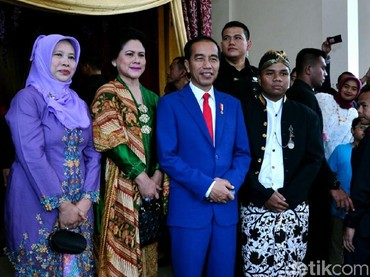 Saat menghadiri resepsi pernikahan Pradista Machdala Putra, mantan ajudan Presiden Jokowi, Iriana memilih kebaya hijau yang dipadukan dengan selendang nuansa batik. (Foto: detikcom photo)