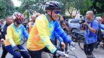 Gaya Rini Soemarno Bersepeda Dibonceng Bos BUMN
