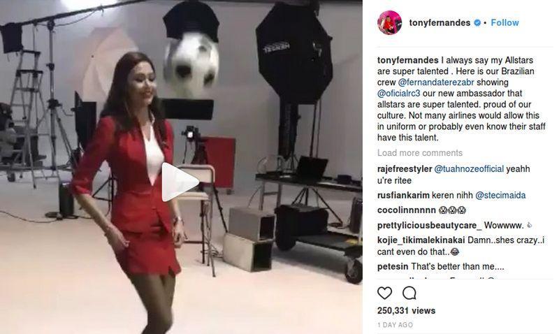 Bos AirAsia, Tony Fernandes memang gemar memposting hal-hal unik di Instagram pribadinya. Baru-baru ini, dia memposting video pramugarinya yang jago juggling bola. Dalam rangka menyambut Roberto Carlos sebagai duta global baru AirAsia (tonyfernandes/Instagram)