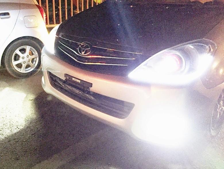 Lampu kendaraan yang menyilaukan pengendara lain bisa didenda Rp 500 ribu atau kurungan penjara 2 bulan. Foto: Twitter TMCPoldaMetro