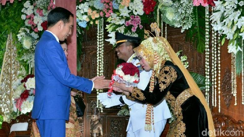 Momen Jokowi dan Keluarga Hadiri Pernikahan Ajudan Ganteng