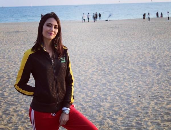 Sama seperti orang-orang Brasil pada umumnya, Fernanda Tereza juga suka ke pantai. Ini posenya saat di Pantai Busan yang sepertinya habis jogging ya (fernandaterezabr/Instagram)