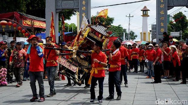 Kirab ruwat Bumi memperingati Taoist day
