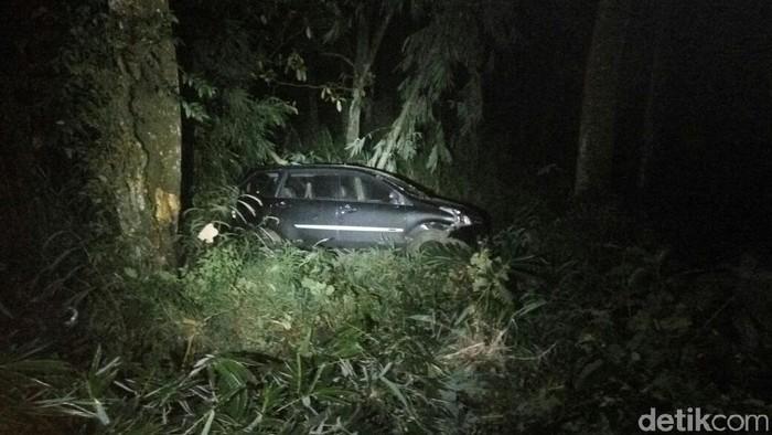Daihatsu Xenia yang terjatuh di jurang di Mojokerto (Foto: istimewa)