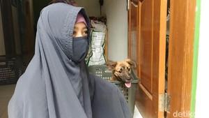 Dikomplain Warga, Wanita Bercadar Kurangi Anjing Peliharaan