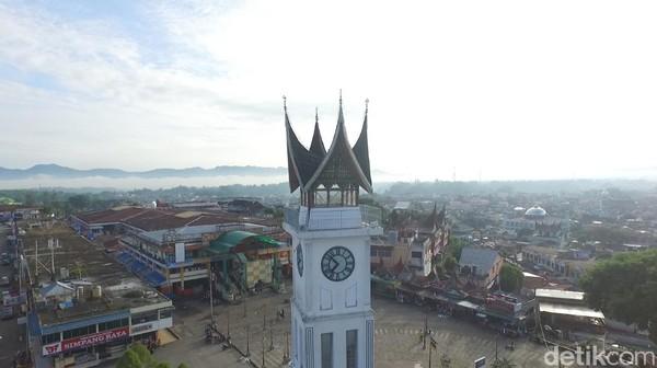 Masyarakat sekitar percaya kalau angka IIII itu dibuat demikian untuk mengenang empat orang pekerja yang meninggal karena kecelakaan kerja dalam membangun Menara Jam Gadang (Okta Marfianto/detikTravel)