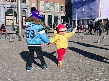 Di Belanda, Kawa juga bertemu dengan teman baru lho. Yeay! (Foto: Instagram/ @andienippekawa)