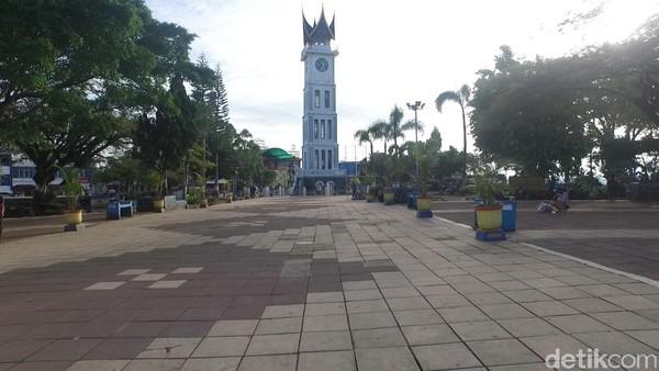 Jam Gadang Bukittinggi memang ikonik dan wajib dikunjungi bagi traveler yang ke sana. Kamu kapan? (Okta Marfianto/detikTravel)