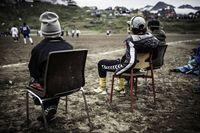Penduduk Tasiilaq menyaksikan pertandingan sepakbola di sana (Visit Greenland)
