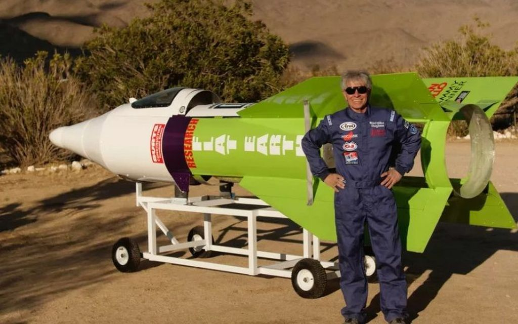 Penganut teori flat earth bernama Mike Hughes ini sukses menerbangkan roket untuk membuktikan bahwa Bumi tidak berbentuk bulat. (Foto: madmikehughes)