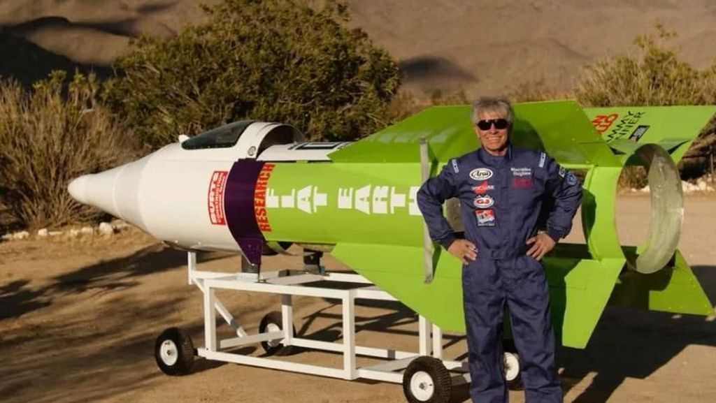 Detik-detik Penganut Bumi Datar Terbang Bersama Roketnya
