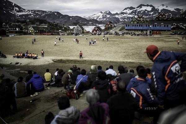 Lihatlah, panorama pegunungan es terpampang dari stadion ini. Belum lagi, rumah-rumah khas masyarakat Greenland yang berwarna-warni bikin makin elok dipandang (Visit Greenland)