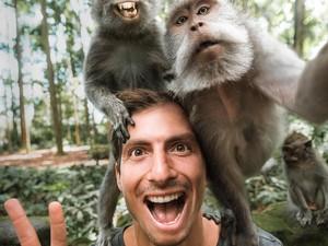 Bule Ganteng Selfie Bareng Monyet di Bali Bikin Heboh Netizen