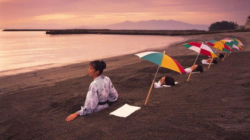 Pantai Ibusuki di Jepang punya tradisi spa yang unik, namanya Sunamushi atau relaksasi menggunakan pasir yang hangat. (Kagoshima Prefectural Tourist Federation/JNTO)