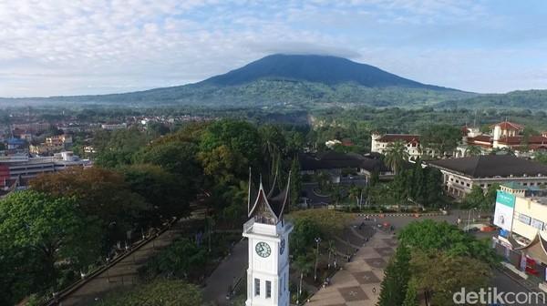 Dalam prosesnya, bentuk Menara Jam Gadang diubah dan menjadi seperti sekarang ini dan menyesuaikan dengan rumah adat Minang (Okta Marfianto/detikTravel)