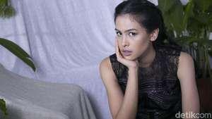 Penampilan Chic Maudy Ayunda