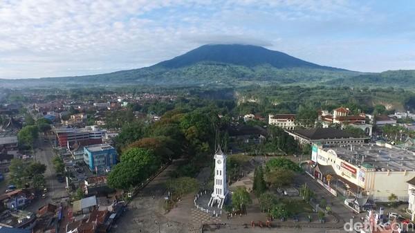 Jam Gadang Bukittinggi memiliki sejumlah fakta unik. Di belakangnya ada Gunung Marapi gagah berdiri (Okta Marfianto/detikTravel)
