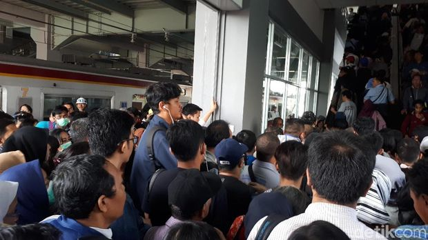 Penumpang desak-desakan di Stasiun Duri