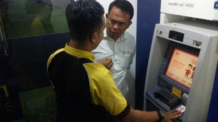 Mesin ATM diduga dipasangi skimmer di Mojokerto. Foto: Enggran Eko Budianto