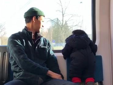 Saat jalan-jalan denganpamannya Diego, Kawa lagi serius melihat apa ya? (Foto: Instagram/ @andienippekawa)