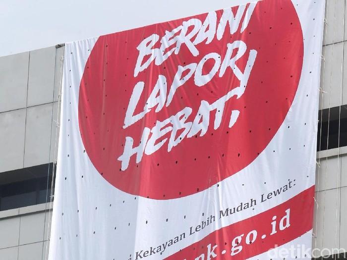 4 Relawan membentangkan spanduk bertuliskan Berani Lapor Hebat !. Spanduk itu sebagai kampanye agar penyelenggara negara berani melaporkan harta kekayaanya.
