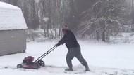 Foto: Tetap Potong Rumput di Tengah Badai Salju
