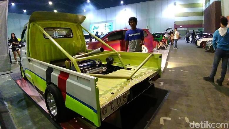 Mesin Gran Max standar diganti punya Honda B16 dan disimpan di bagian bawah pikap. Foto: Deni Prastyo Utomo
