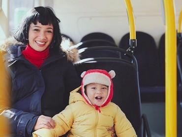 Kalau kata bundanya, pakai baju musim dingin kayak gini Kawa kayak Winnie The Pooh. Hi-hi-hi. (Foto: Instagram/ @andienaisyah)