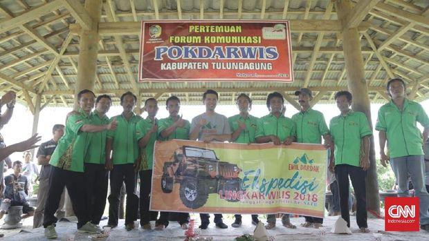 Cawagub Jatim 2018 Emil Dardak (tengah) bersama peserta ekspedisi Lingkar Wilis, Jawa Timur, Minggu (25/3).