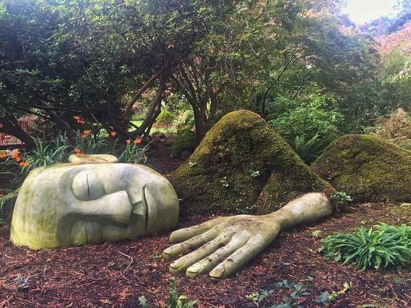 Patung wanita ini dibangun dari campuran benda-benda seperti kawat, pipa, dan beragam batu. (oblgl/ Instagram)