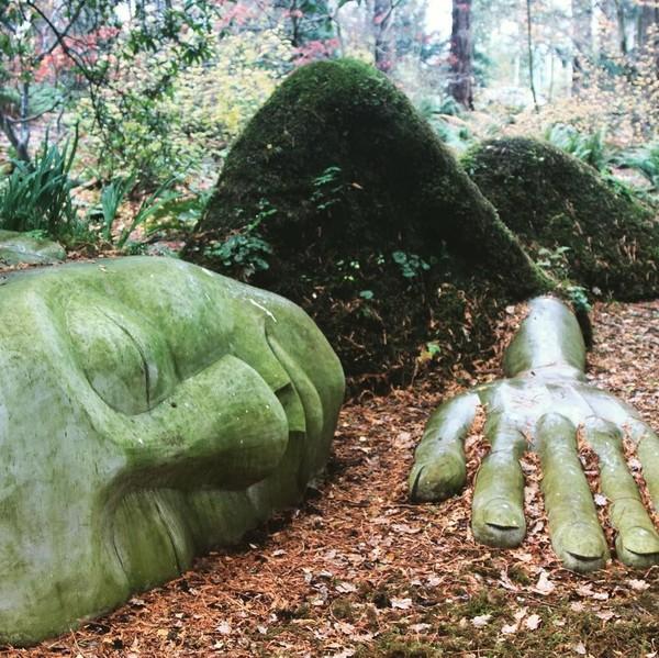 The Moss Lady merupakan karya seniman Dale Doebert yang dibangun pada tahun 2015. Patung ini memiliki panjang 10,6 Meter. (pongo338/Instagram)