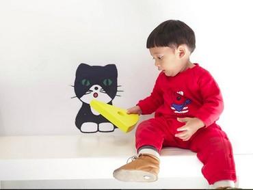 Wah, ada yang lagi ngasih makan kucing nih. He-he-he. (Foto: Instagram/ @andienippekawa)