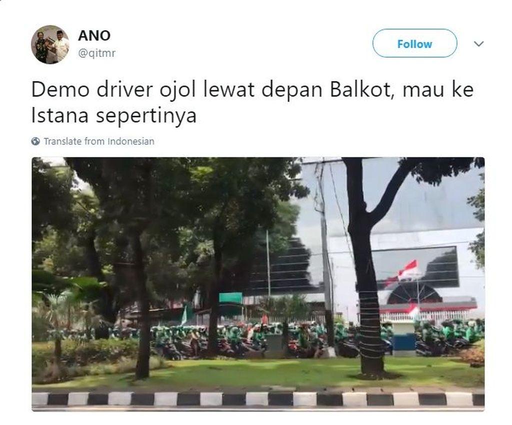 Pengendara ojek online terpantau sudah ramai-ramai mengendarai sepeda motor melewati kawasan Balai Kota. (Foto: Screenshot Twitter)