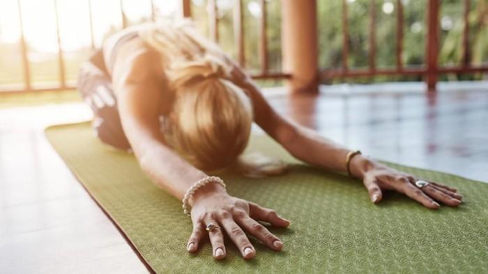 Salah satu gerakan yoga untuk me-release gas di saluran pencernaan (Foto: thinkstock)