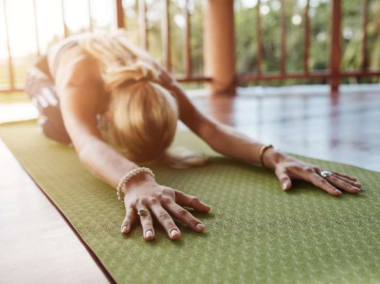 Pilates dapat menggerakkan beberapa kelompok otot tertentu, sehingga Anda dapat menyesuaikan latihan Anda sesuai dengan kebutuhan Anda. Misalnya, jika Anda mengalami sakit punggung bagian bawah selama haid, coba lakukan gerakan roll-down untuk meregangkan tulang belakang dan punggung. Foto: Thinkstock
