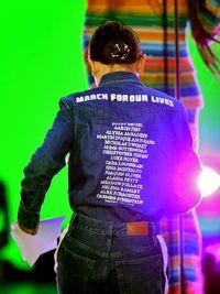 Gaya Kekinian Millie Bobby Brown Pakai Kemeja yang Mengingatkan Tragedi