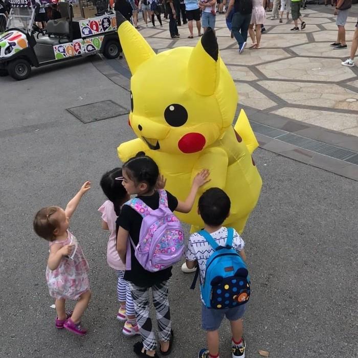 Tampak menggemaskan saat menyapa anak-anak, sosok dibalik kostum pikachu ini adalah seorang binaragawan. (Foto: Instagram/gladyshf80)