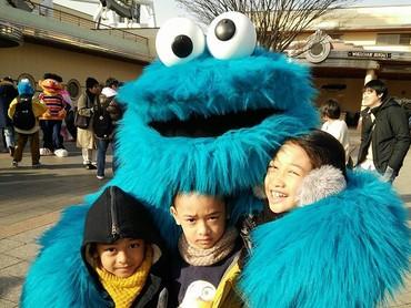 Happy banget tiga kakak beradik ini berada di pelukan Cookie Monster. (Foto: Instagram/ @lifelivelovelaugh)