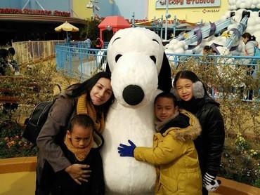 Lagi-lagi, Ayah Oka jadi juru potret. Bunda Rara dan anak-anak berpose sama Snoopy dulu ya. Hi-hi-hi. (Foto: Instagram/ @lifelivelovelaugh)