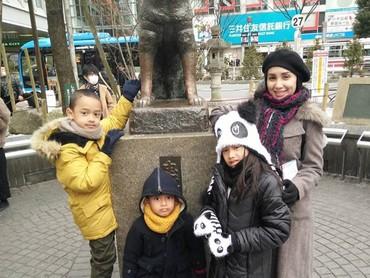 Ini saat Bunda Rara bersama Shara, Ruga, dan Yusa berfoto di dekat patung Hachiko. Fotonya sudah pasti dijepret oleh Ayah Oka. He-he-he. (Foto: Instagram/ @lifelivelovelaugh)